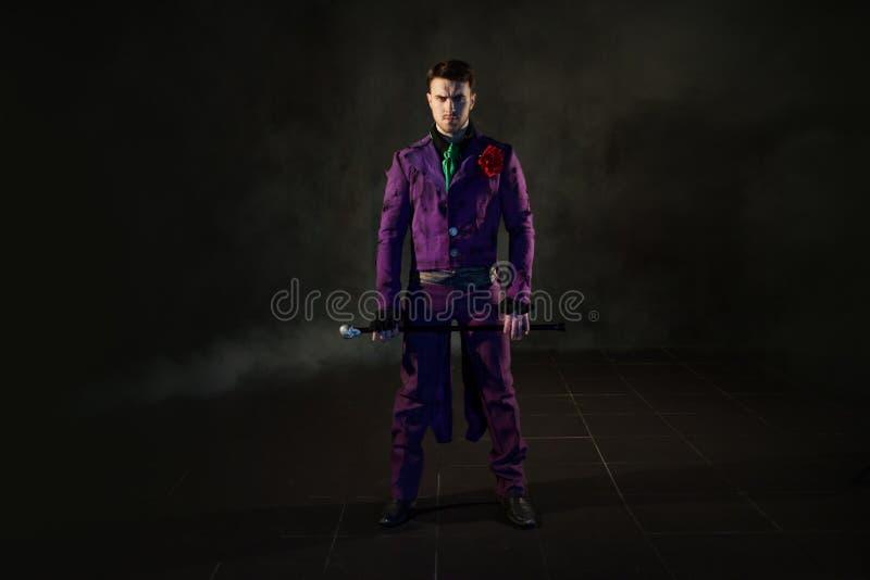 showman Anfitrião, apresentador ou ator masculino novo na fase O indivíduo no camisole roxo e no cilindro fotografia de stock royalty free