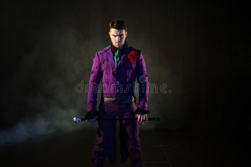 showman Anfitrião, apresentador ou ator masculino novo na fase O indivíduo no camisole roxo e no cilindro imagem de stock royalty free