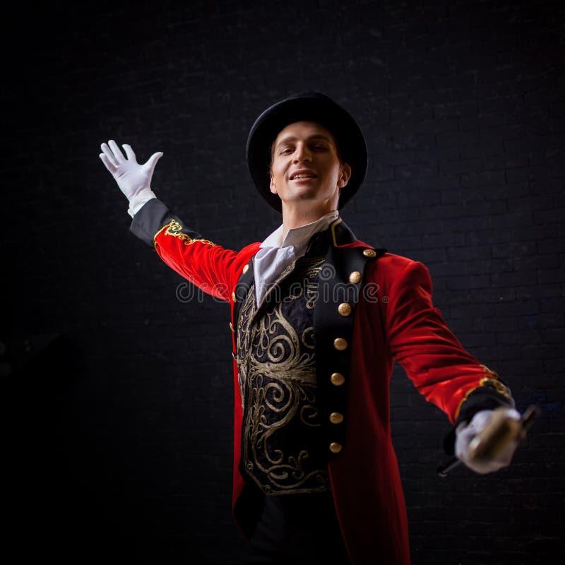 showman Anfitrião, apresentador ou ator masculino novo na fase O indivíduo no camisole vermelho e no cilindro imagens de stock