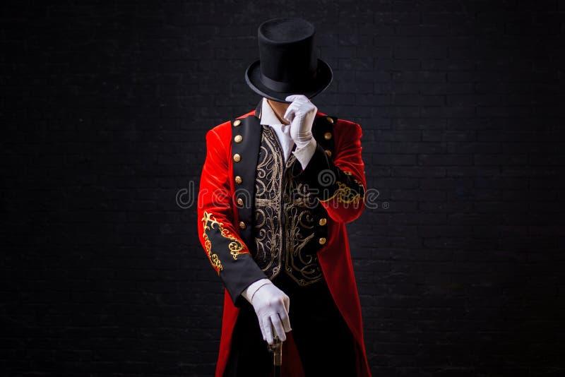 showman Anfitrião, apresentador ou ator masculino novo na fase O indivíduo no camisole vermelho e no cilindro fotos de stock royalty free