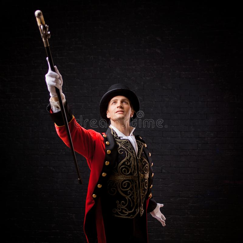 showman Jeune comique, présentateur ou acteur masculin sur l'étape Le type dans la camisole rouge et le cylindre image stock
