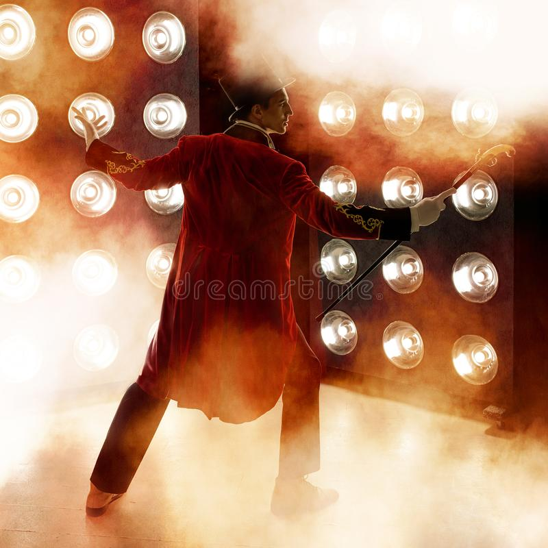 showman Jeune comique, présentateur ou acteur masculin sur l'étape Le type dans la camisole rouge et le cylindre photo stock