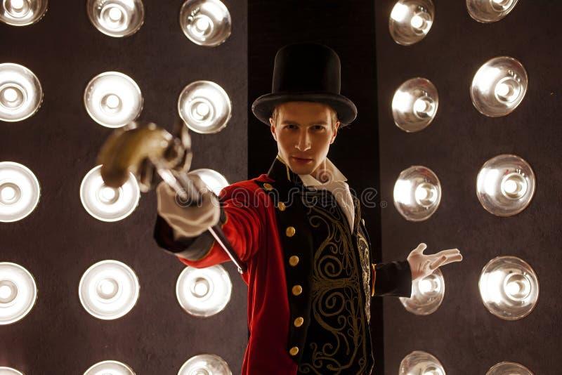 showman Jeune comique, présentateur ou acteur masculin sur l'étape Le type dans la camisole rouge et le cylindre images libres de droits