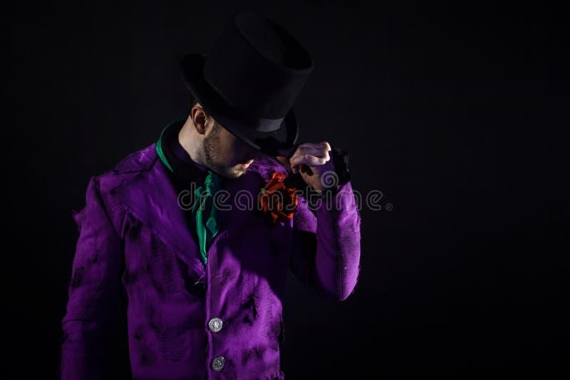 showman Jonge mannelijke entertainer, presentator of acteur op stadium De kerel in purpere camisole en de cilinder stock afbeeldingen