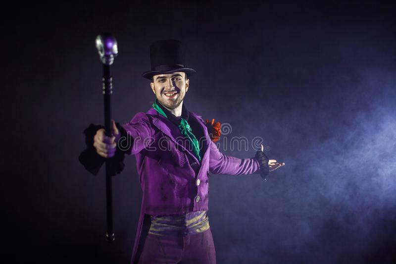 showman Jonge mannelijke entertainer, presentator of acteur op stadium De kerel in purpere camisole en de cilinder royalty-vrije stock afbeelding