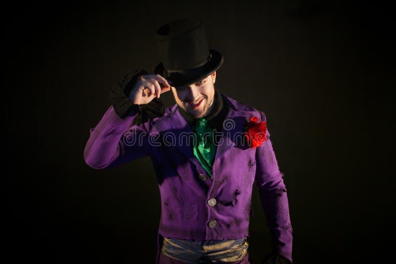 showman Jonge mannelijke entertainer, presentator of acteur op stadium De kerel in purpere camisole en de cilinder royalty-vrije stock fotografie