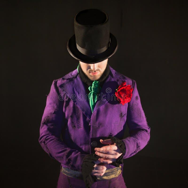 showman Jonge mannelijke entertainer, presentator of acteur op stadium De kerel in purpere camisole en de cilinder stock fotografie