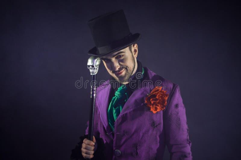 showman Jonge mannelijke entertainer, presentator of acteur op stadium De kerel in purpere camisole en de cilinder stock foto's