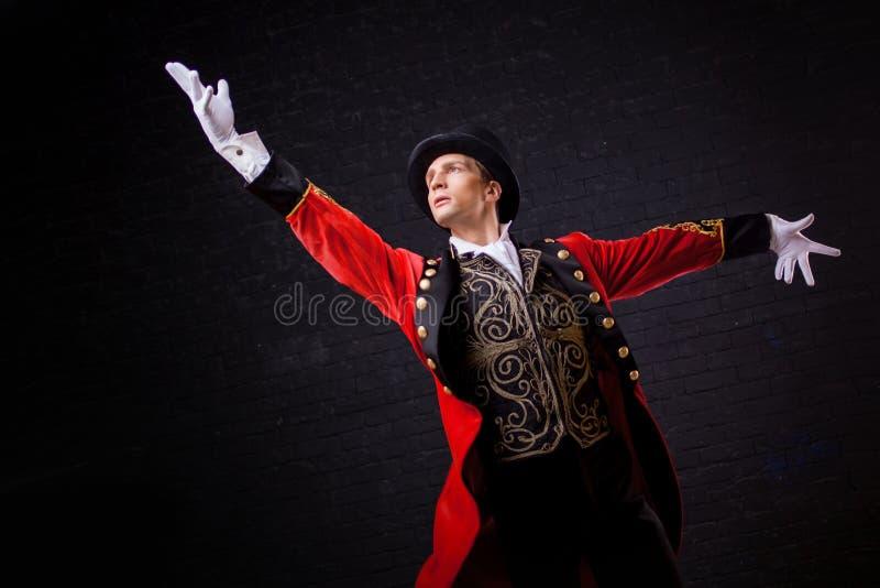 showman Jonge mannelijke entertainer, presentator of acteur op stadium De kerel in rode camisole en de cilinder royalty-vrije stock fotografie