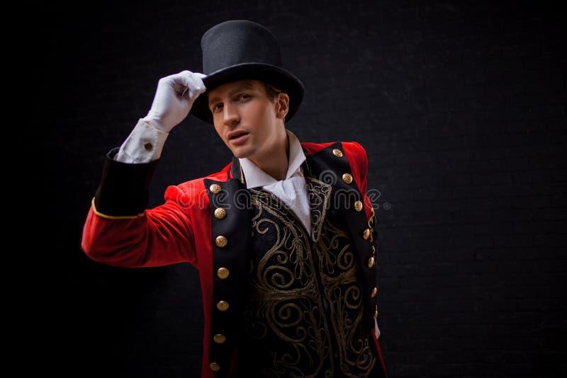 showman Jonge mannelijke entertainer, presentator of acteur op stadium De kerel in rode camisole en de cilinder stock foto's