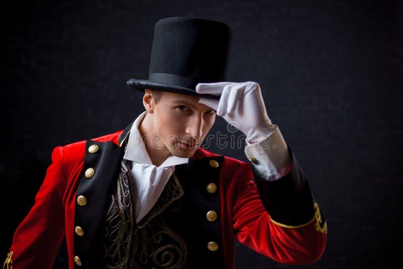 showman Jonge mannelijke entertainer, presentator of acteur op stadium De kerel in rode camisole en de cilinder royalty-vrije stock foto