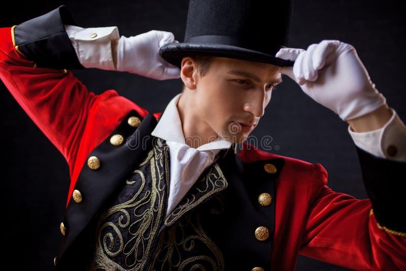 showman Jonge mannelijke entertainer, presentator of acteur op stadium De kerel in rode camisole en de cilinder stock afbeelding