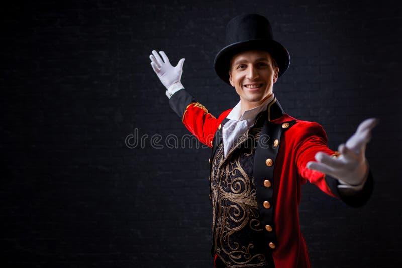 showman Jonge mannelijke entertainer, presentator of acteur op stadium De kerel in rode camisole en de cilinder stock afbeeldingen