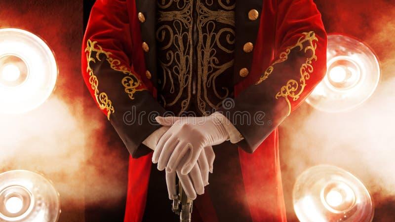 showman Stel, rusten de handen op stok Witte handschoenen en mooie koker van zijn laag stock foto
