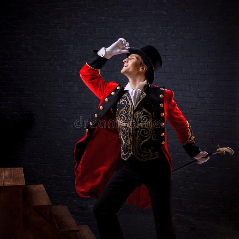 showman Ung manlig underhållare, presentatör eller skådespelare på etapp Grabben i den röda camisolen och cylindern royaltyfri foto