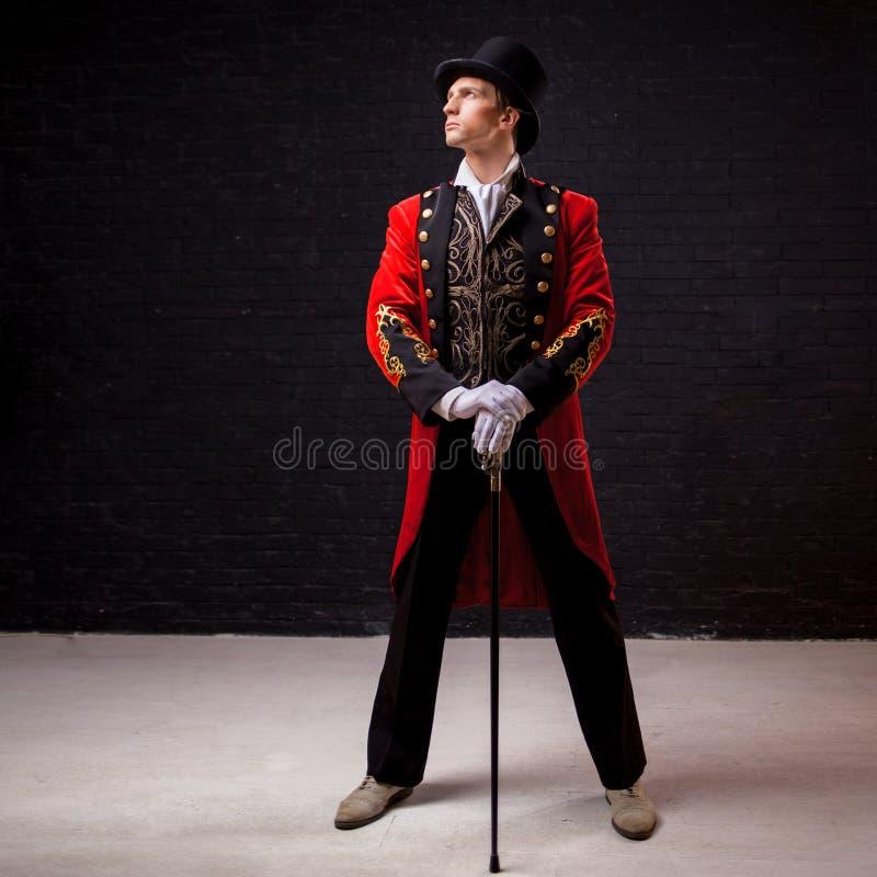 showman Ung manlig underhållare, presentatör eller skådespelare på etapp Grabben i den röda camisolen och cylindern royaltyfria bilder