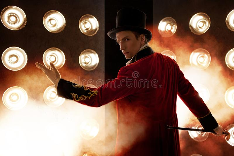 showman Ung manlig underhållare, presentatör eller skådespelare på etapp Grabben i den röda camisolen och cylindern arkivbild