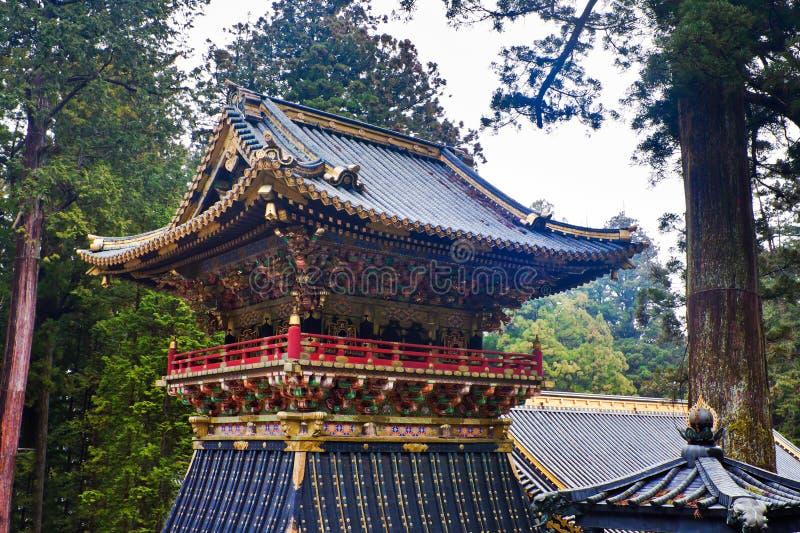 Showrow sätta en klocka på står hög den Toshogu relikskrinen, Nikko, Japan arkivbild