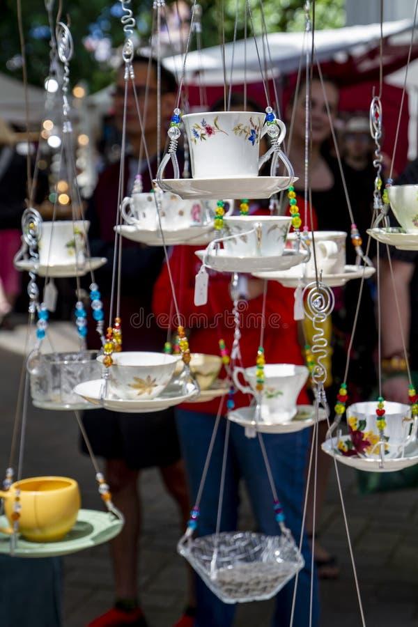 Shows för Portland Oregon sommarhantverk hängande koppar royaltyfri foto