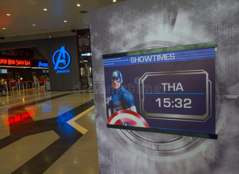 Showtimes largo com imagem do capitão América na experiência da maravilha imagem de stock