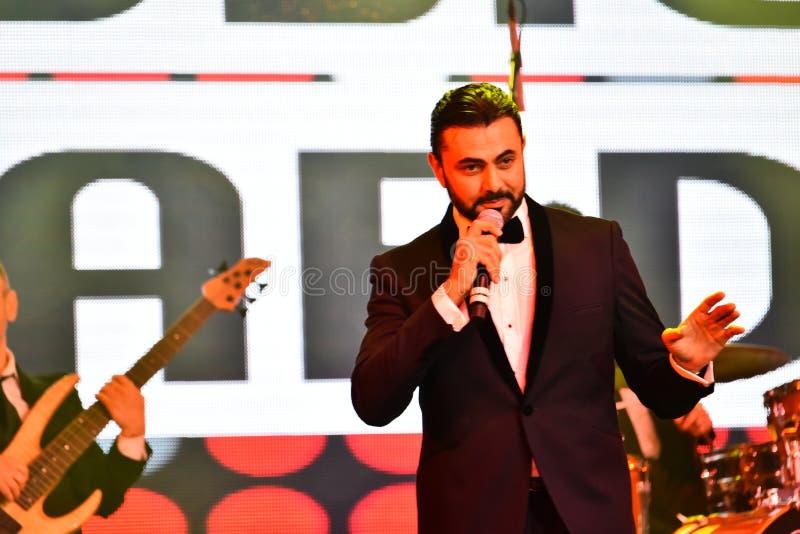 Showvärden Ammar Tahhan som utför på etapp under den stora Apple musiken, tilldelar konsert 2016 royaltyfria bilder