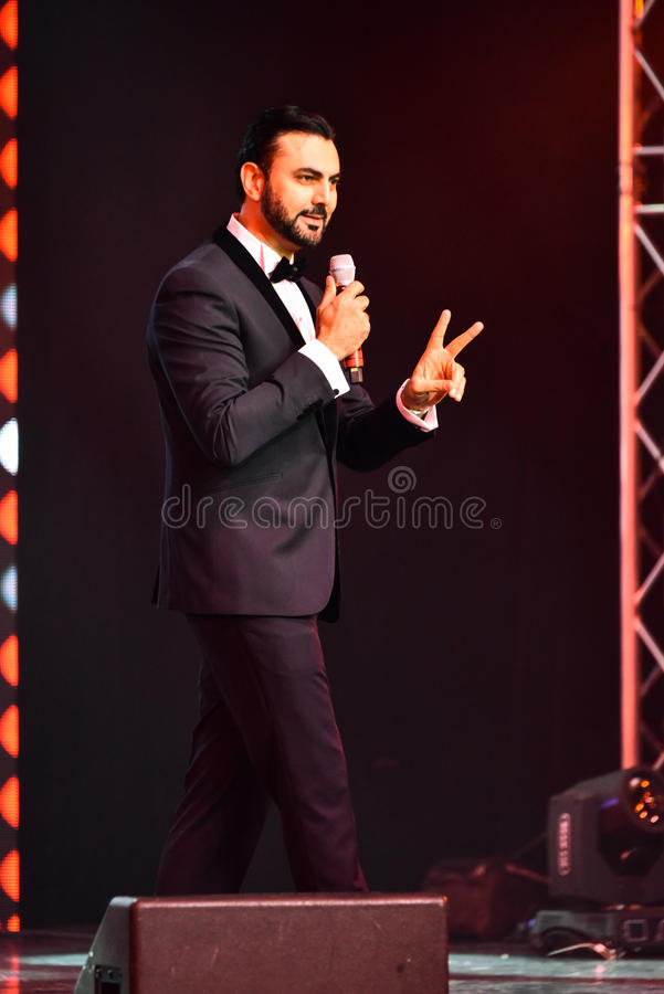Showvärden Ammar Tahhan som utför på etapp under den stora Apple musiken, tilldelar konsert 2016 arkivfoto
