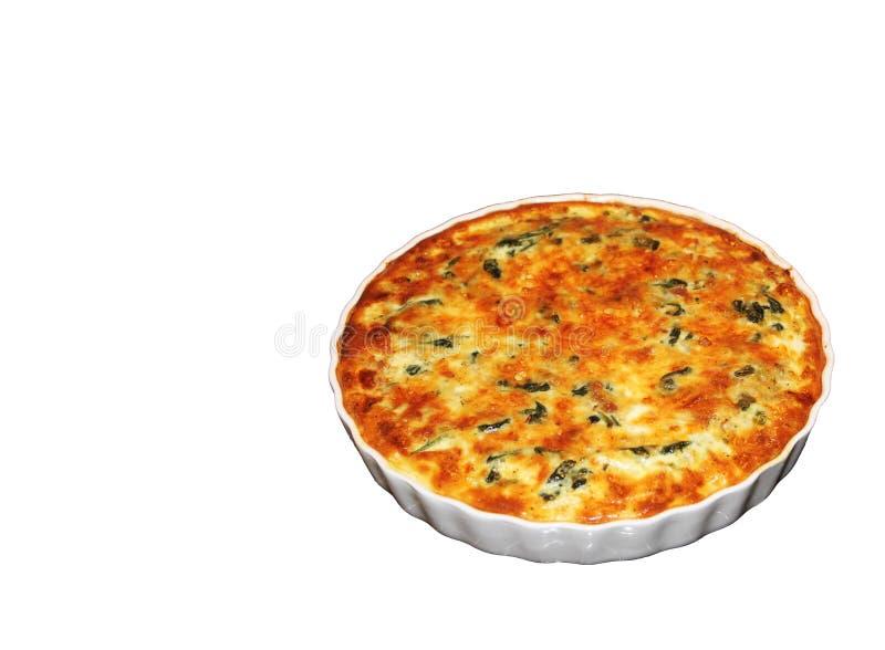 Shpinach en zachte kaas de pasteiquiche diende op witte pan op witte backgroud royalty-vrije stock foto