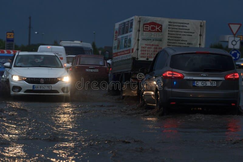 SHPOLA, UKRAINE 28 JUILLET 2017 : entraînement de voitures sur une route inondée pendant une inondation provoquée par la forte pl images stock