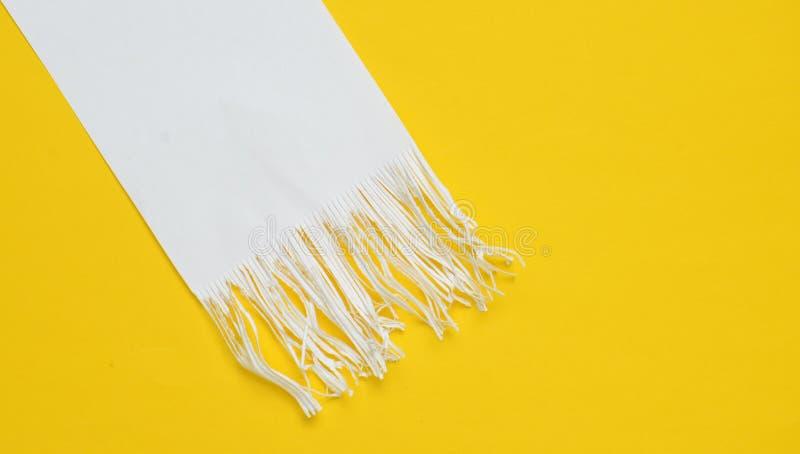 Shredded бумажные прокладки на желтой предпосылке Минималистская тенденция Взгляд сверху стоковое фото