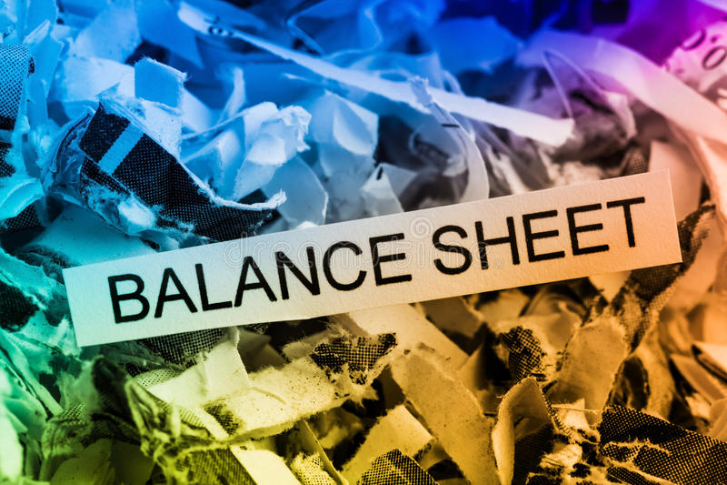 Shredded бумажный баланс активов и пассивов стоковое изображение rf