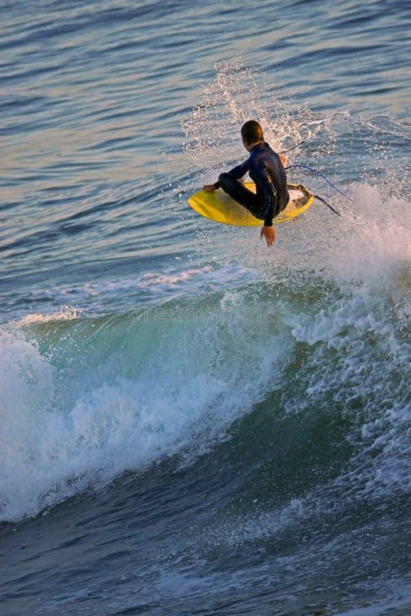 Shredding e voar na costa de Califórnia imagens de stock