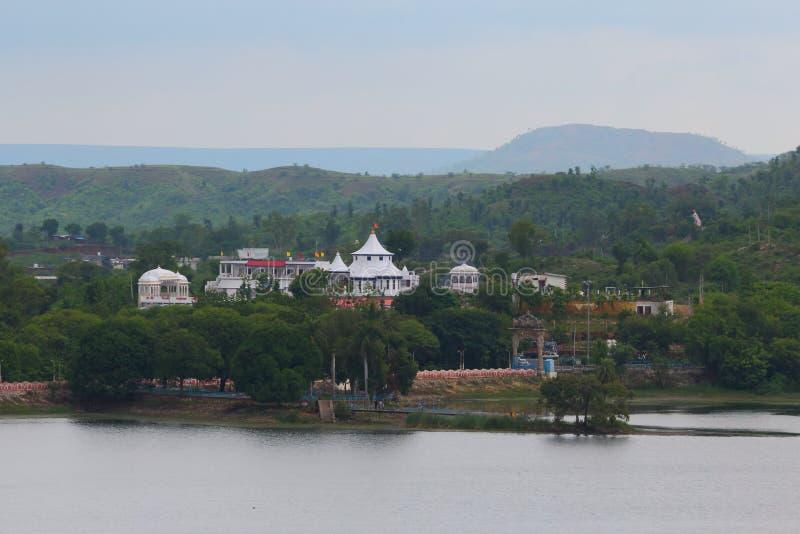 shree om sai寺庙,自然风景, kagdi拾起湖,班斯瓦拉,拉贾斯坦 印度 免版税库存图片