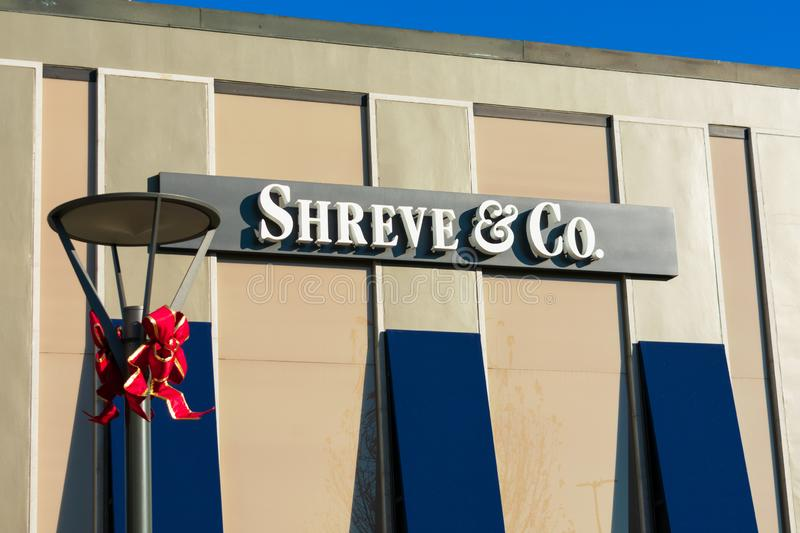Shreve Company logo on retailer of jewelry store. Shreve and Company logo on retailer of jewelry store. Christmas holiday bows on street light - Palo Alto, CA stock images