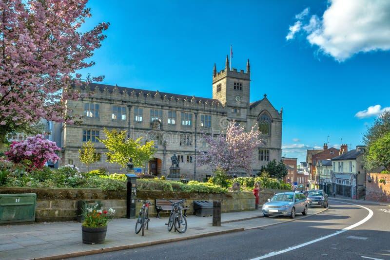Shrewsburybibliotheek en Standbeeld van Charles Darwin stock afbeelding