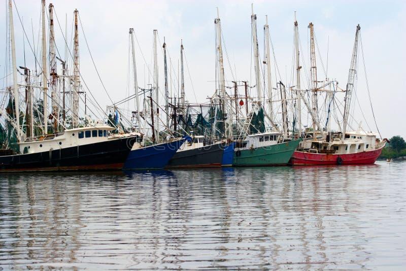 Shrimpingsboten bij dok onbeweeglijk alvorens uit te gaan en vangend garnalen stock fotografie