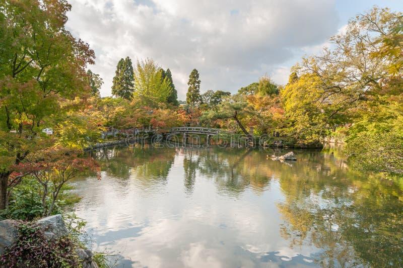 Shrine il giardino con il lago e l'albero a Kyoto, Giappone fotografia stock libera da diritti