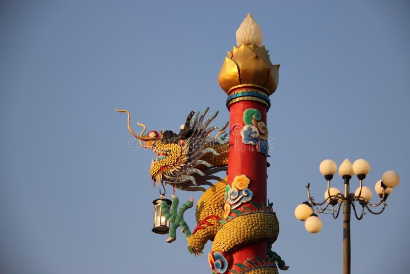 shrine Lampada ed un Dragon With Blue Sky Background fotografia stock libera da diritti