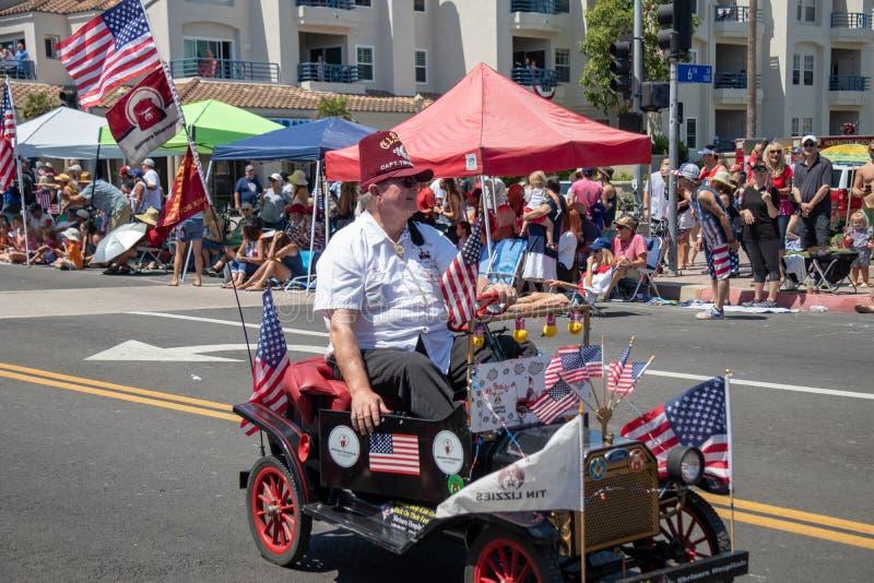 Shriners dans des voitures minuscules dans le défilé de Jour de la Déclaration d'Indépendance de Huntington Beach image stock