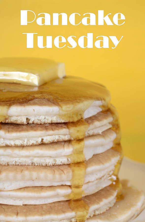Shrove den pannkakatisdag bunten av pannkakor med text fotografering för bildbyråer
