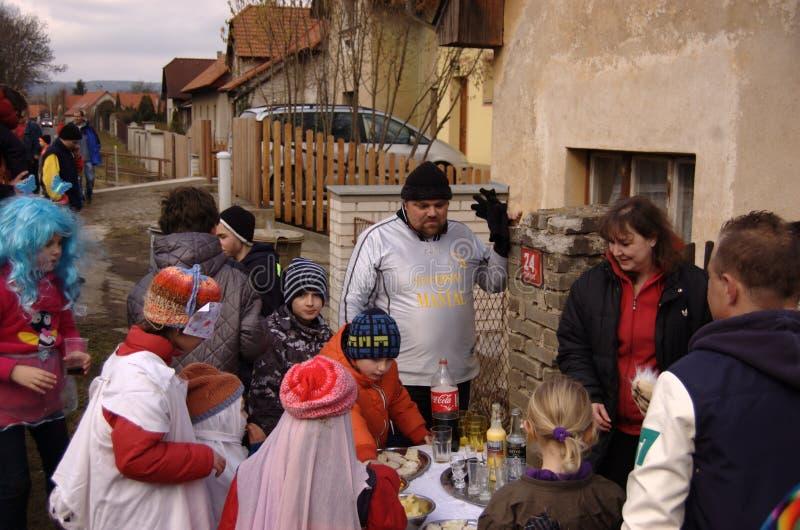 Shrovetide队伍去的房子的参加者由房子的 免版税库存照片
