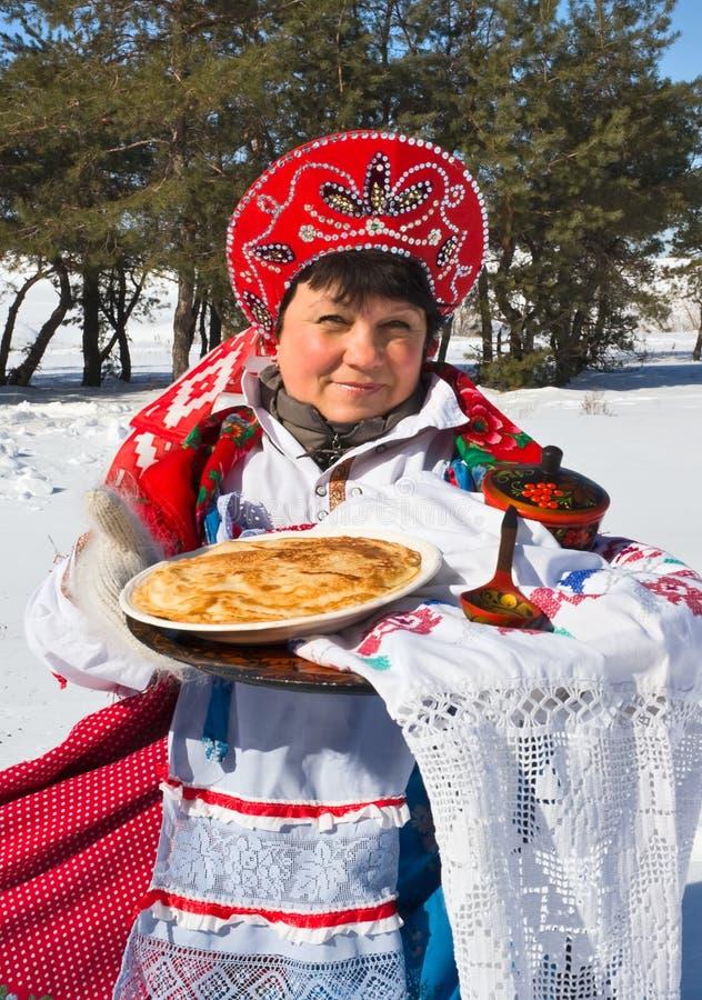 Shrovetide. Russische vrouw in sundress royalty-vrije stock afbeeldingen