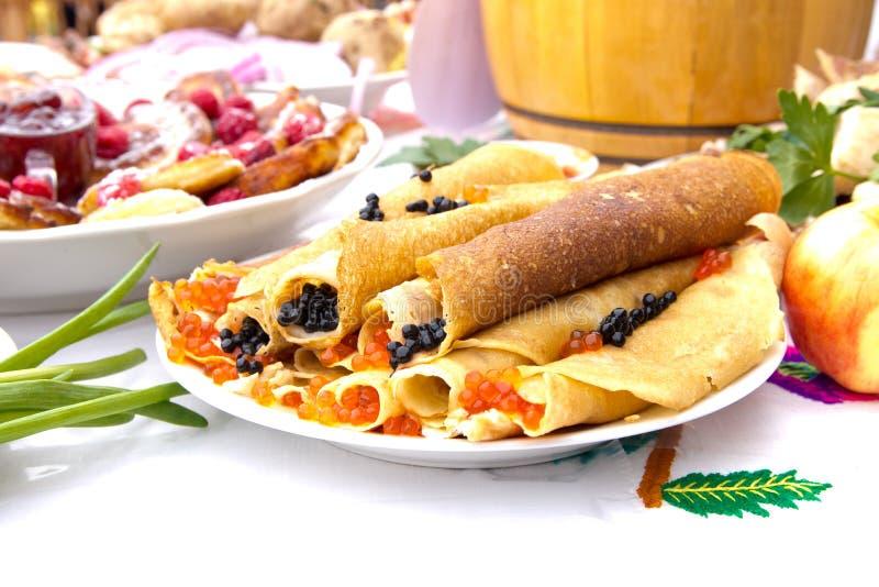 Shrovetide, semana da panqueca, refeição do festival Panquecas com o caviar vermelho e preto Estilo rústico foto de stock royalty free