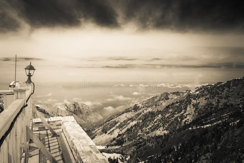 Shtorm i berg, Medeu dal, Almaty royaltyfri fotografi