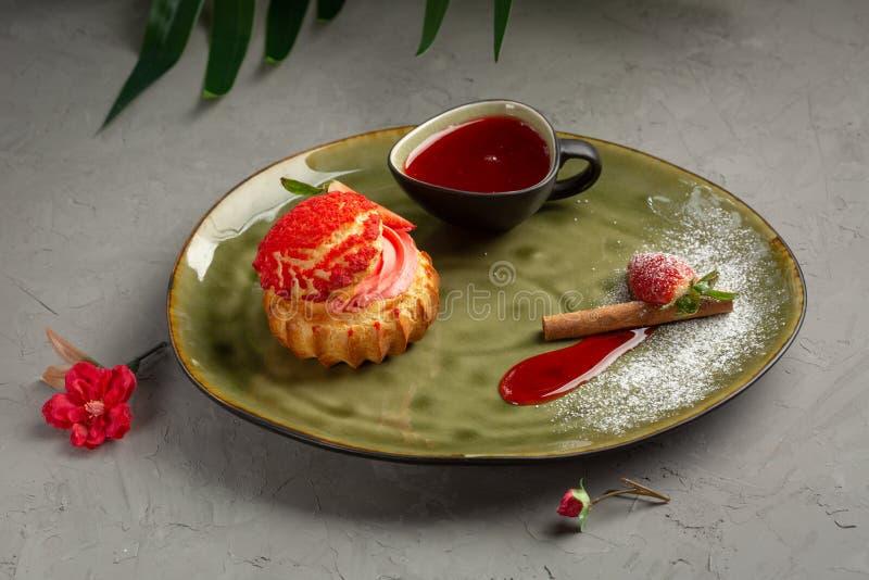 Shu da morango com molho doce em um fundo cinzento imagem de stock royalty free