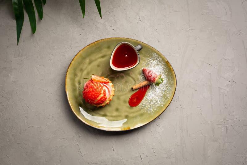 Shu da morango com molho doce em um fundo cinzento fotografia de stock royalty free