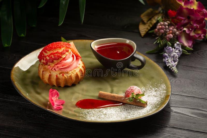 Shu da morango com sau doce e em um fundo de madeira imagem de stock