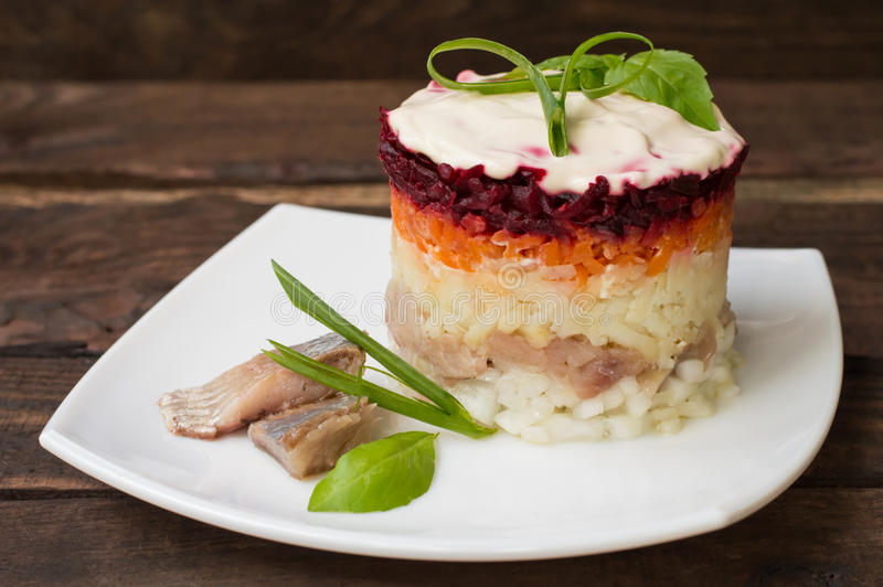 Shuba沙拉 煮熟的甜菜、红萝卜、土豆、葱、鲱鱼和蛋黄酱 经典俄国烹调 餐馆 免版税库存图片
