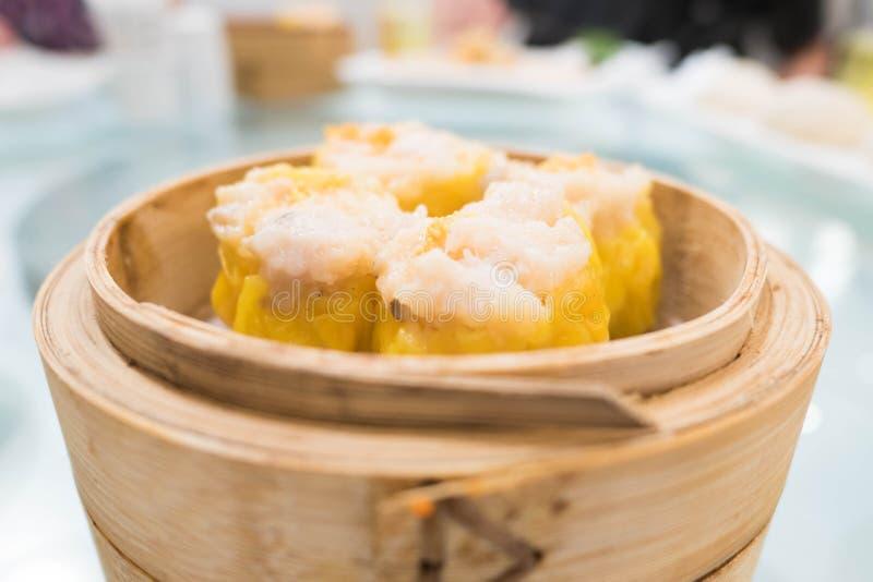 Shumai é um tipo de bolinha de massa do chinês tradicional enchida com o shr fotografia de stock royalty free