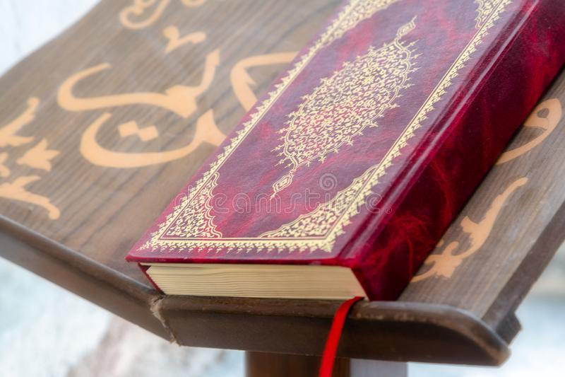 SHUMEN, BULGÁRIA - 13 DE JUNHO DE 2018: Alcorão - livro sagrado dos muçulmanos fotografia de stock