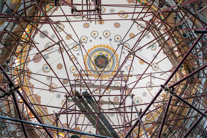 SHUMEN, BULGARIA - 13 DE JUNIO DE 2018: Mezquita de Tombul bajo construcción Sherif Halil Pasha Mosque, es la mezquita más grande fotos de archivo